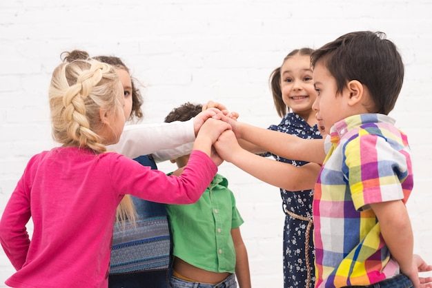 子供たちがグループで手を握って