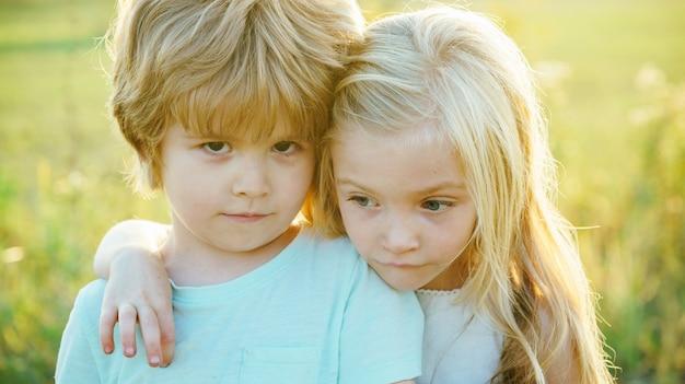さようならの友情とサポートを抱きしめている子供たちさようなら小さな男の子は小さな女の子とさようならを言います...