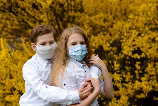세계의 코로나 바이러스 대유행 격리 기간 동안 의료 마스크를 쓴 도시 공원의 아이들.