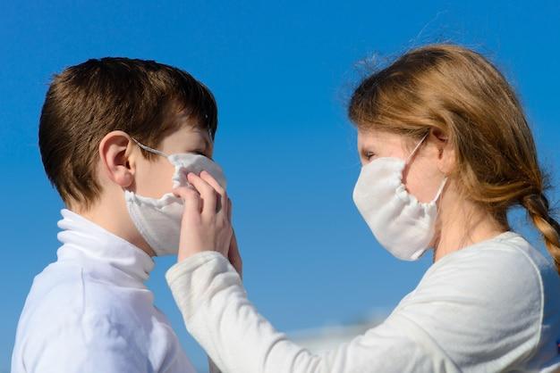 医療マスクの都市公園の子供たち。