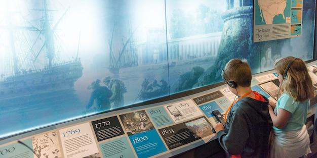 Дети в музее, остров эллис, джерси-сити, штат нью-йорк, сша