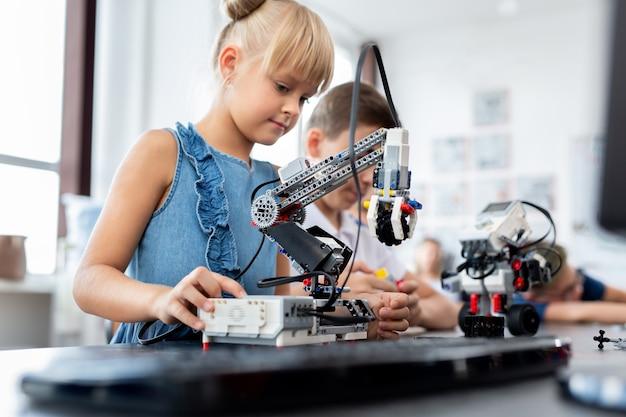 Дети в классе робототехники в классе