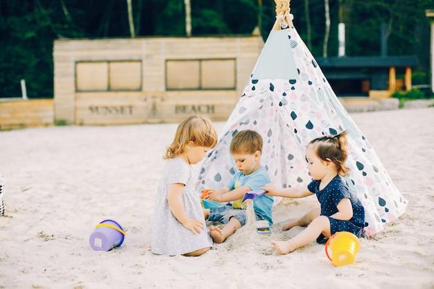 夏の公園の子供たち
