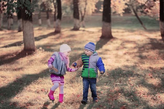가을 공원의 아이들