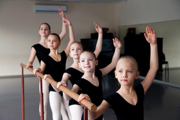 발레 무용 수업에 참여하는 어린이.