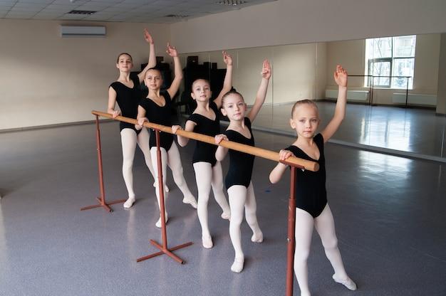 Дети в классе балетного танца