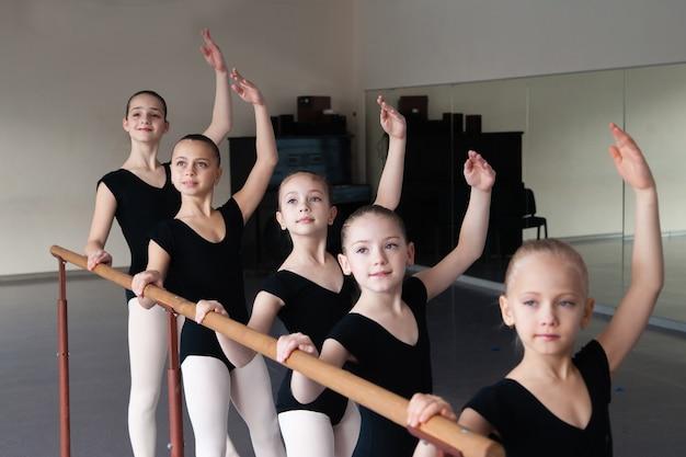 Дети в классе балета.