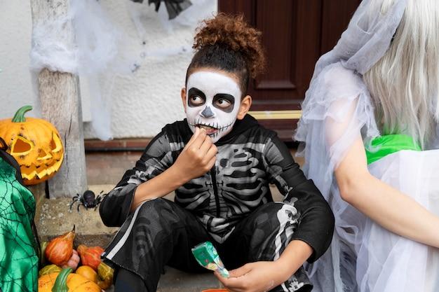 お菓子を食べる衣装を着た子供たち