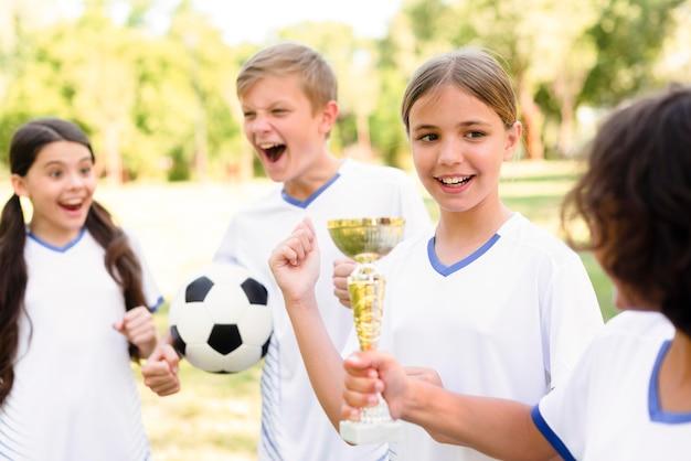 Дети в футбольном снаряжении готовятся к матчу