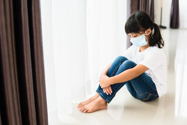 医療用マスクを着用した子供は、自己検疫のために自宅で隔離されたままになります