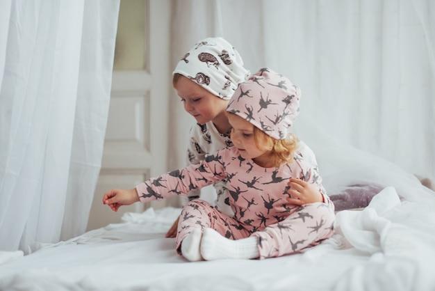 Дети в пижамах