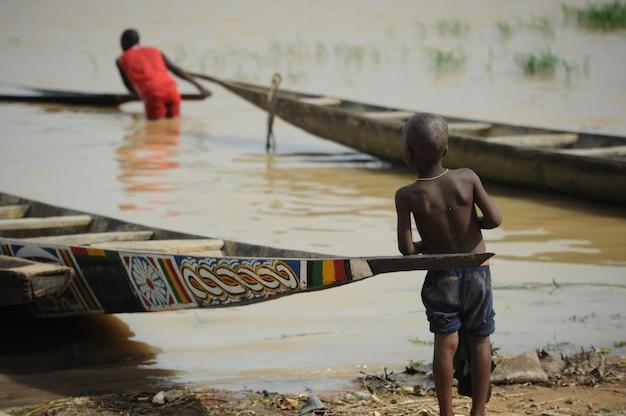 Дети в реке нигер