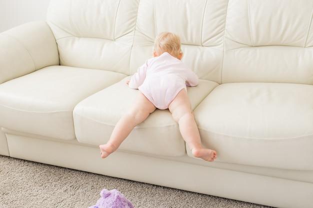 어린이, 유아 및 어린 시절 개념-거실에서 재생하는 아름 다운 귀여운 부드러운 아기