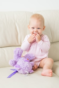 어린이, 유아 및 어린 시절 개념-소파에 앉아 아름 다운 귀여운 부드러운 아기