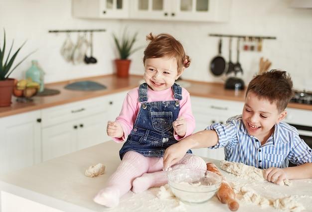子供たちは笑い、顔や服は小麦粉で汚れています