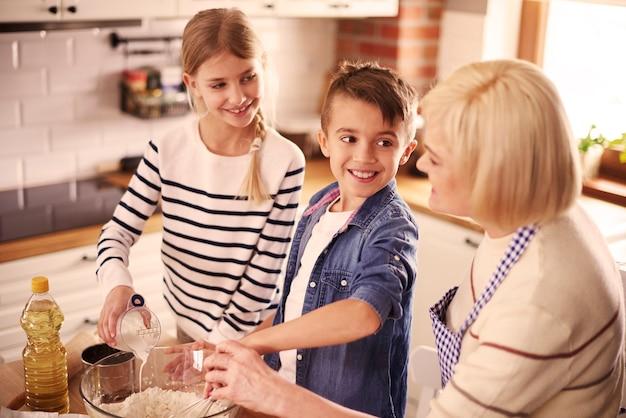 焼く方法を学ぶ子供たち