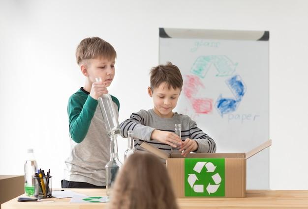リサイクルの仕方を学ぶ子どもたち