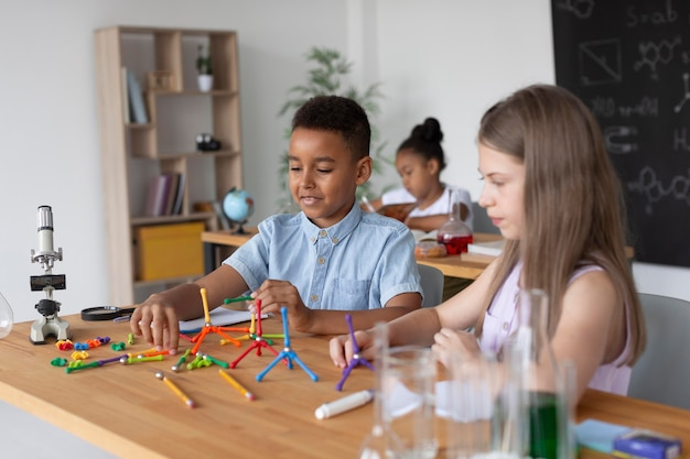 クラスで化学についてもっと学ぶ子供たち