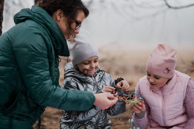 Bambini che imparano la scienza nella natura