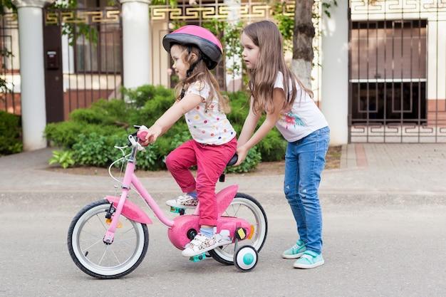 Дети учатся водить велосипед