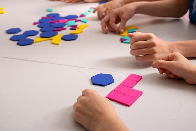 Дети любят логические игрушки крупным планом концепция мышления