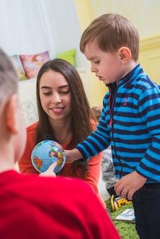 Bambini che guardano il modello del pianeta