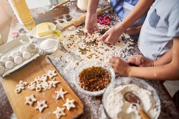 작은 사람 모양의 쿠키를 만드는 아이들