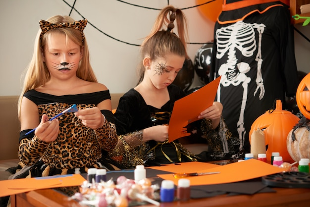 ハロウィーンの工芸品を作る子供たち