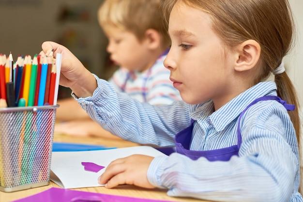 Дети, делающие подарочные карты в детском саду