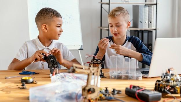 Дети делают робота