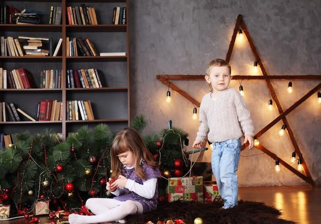 타락한 크리스마스 트리 근처 어린이