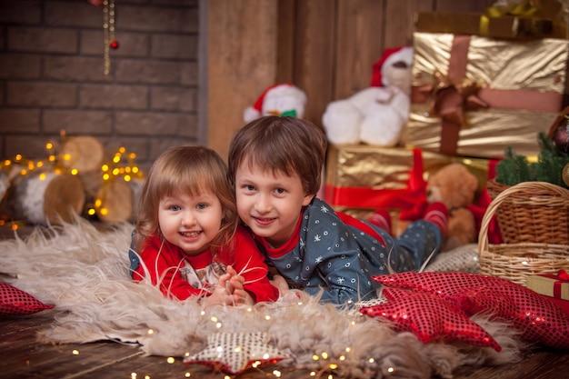선물 크리스마스 트리 근처 어린이