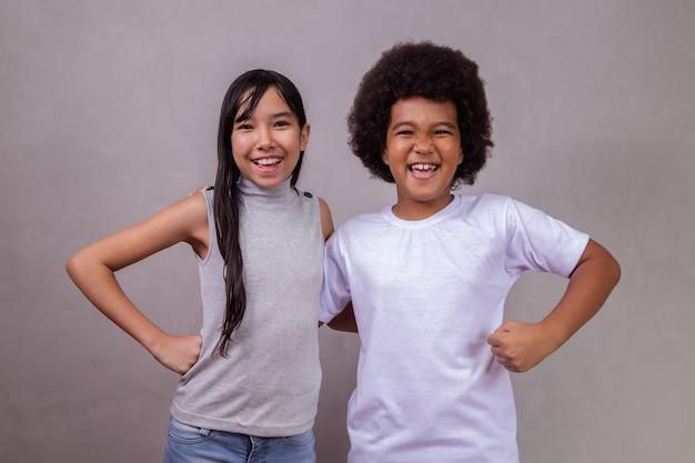 회색 배경에 다른 다양성의 아이들. 텍스트에 대 한 공간을 가진 회색 배경에 아프리카 아이와 일본 소녀.