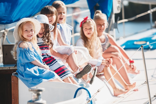 바다 요트의 보드에 아이들. 십대 또는 어린이 소녀 야외.