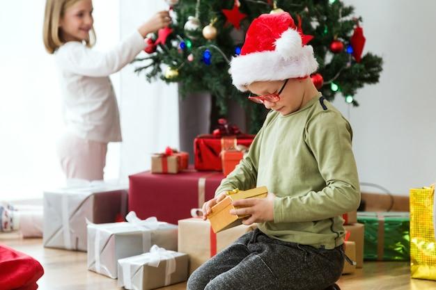 Дети утром на рождество с подарками и дерево