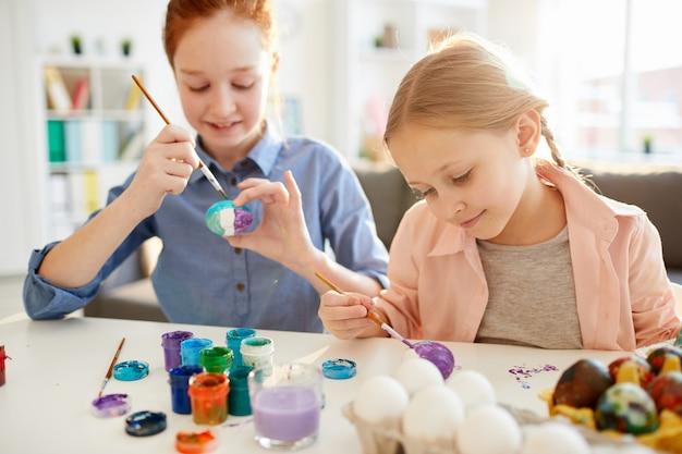 イースターの卵を塗る子供たち