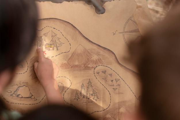 森の宝探しに参加している子供たち