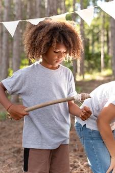 宝探しに一緒に参加する子供たち