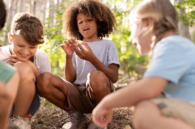 Bambini che partecipano a una caccia al tesoro