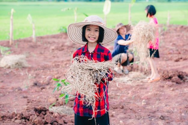 땅에 나무를 심는 아이 들 배경 흐리게