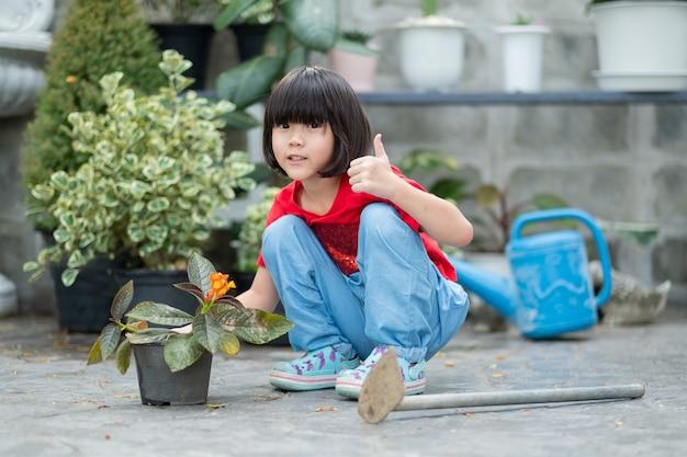 자연을 배경으로 나무를 심는 아이들, 행복한 아시아 소녀