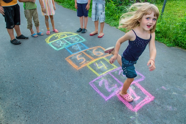 아이들은 거리에서 고전을 연주합니다. 선택적 초점. 아이들.