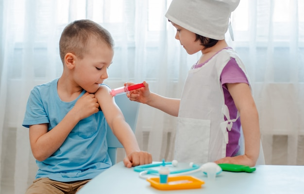 Children play the hospital.