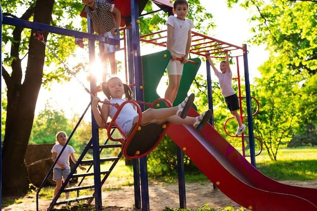 아이들은 야외에서 뛰어 놀고 자연이 있는 공원에서 즐거운 시간을 보낸다