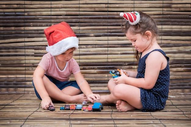 子供たちは木製でおもちゃの車を遊ぶ