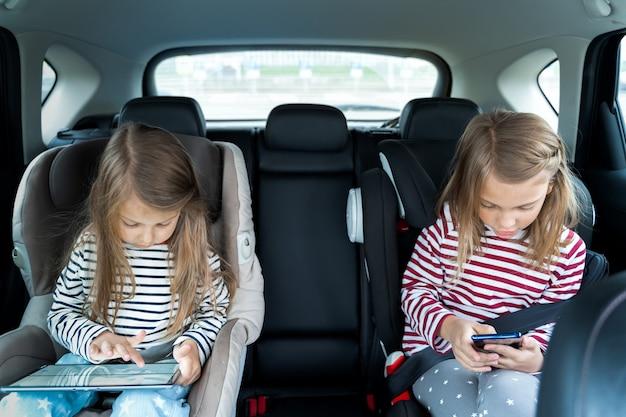 子供たちはタブレットや携帯電話でビデオゲームをします