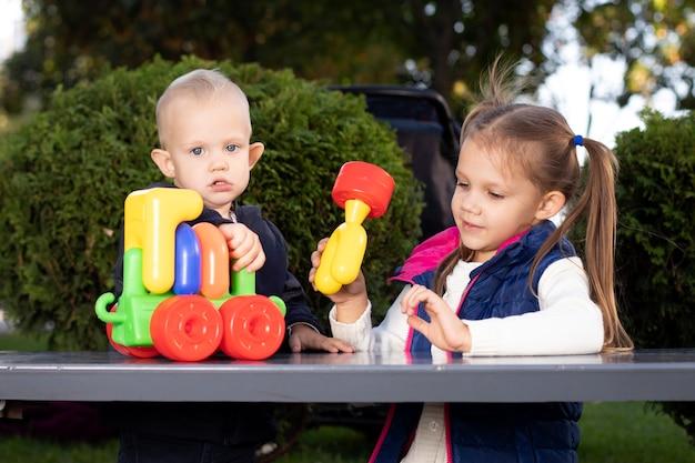 子供たちは小さな電車で遊ぶ