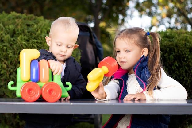 子供たちは一緒におもちゃで遊ぶ