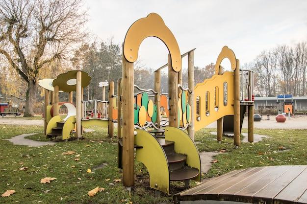 공원에서 어린이 놀이터 프리미엄 사진