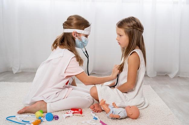 医療ゲームをしている子供たち